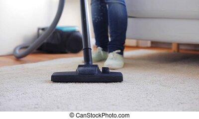 reinigingsmachine, vrouw, poetsen, vacuüm, thuis, tapijt