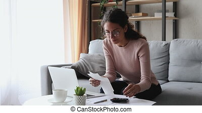rekeningen, papier, of, holdingsgeld, kosten, paychecks, vrouw, het berekenen, jonge