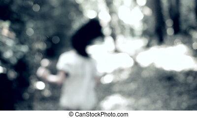 rennende , bang, vrouw, bos