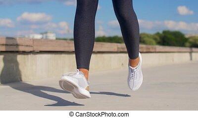 rennende , voetjes, jonge, buitenshuis, vrouw