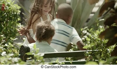 rennende , vrolijke , spelende kinderen