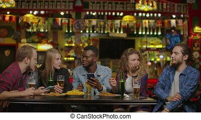 restaurant, boeiend, selfie, vrienden, of, bar., vrolijke
