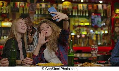 restaurant, selfie, vrienden, boeiend, of, vrolijke , bar.