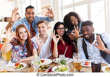 restaurant, vrolijke , meldingsbord, hand, het tonen, ok, vrienden