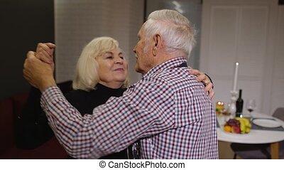 romantische, keuken, samen, dansend koppel, vieren, avond, hebben, senior, liefde, jubileum