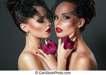 romantische, voluptuous, viooltje, twee, flirt., verticaal, vrouwen, orchids