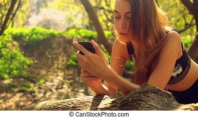 roodharige, meisje, texting, boodschap, buitenshuis