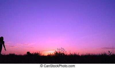 roze, silhouette, jonge, springt, ondergaande zon , meisje