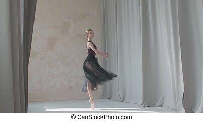 ruim, ballerina, achtergrond, pirouette, bevallig, studio., movement., gordijnen, repeteert, tegen, licht, helder, presteert, lit, dans, lang, bewegingen, jonge
