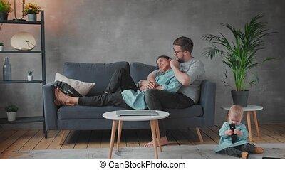 samen, gezin, spelend, comfort., sofa., gelukkig huis, jonge, family.