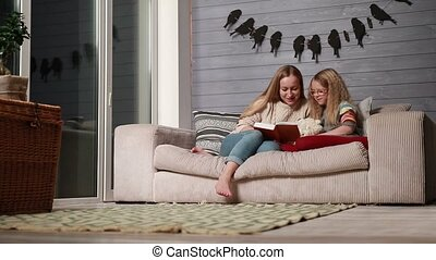 schattig, dochter, haar, jonge, boek, moeder, lezende