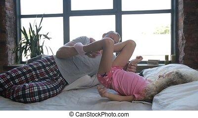 schattig, dochter, vader, bed, spelend, hartelijk