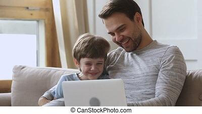 schattig, draagbare computer, lachen, gebruik, papa, zoon, leren, gekke , geitje