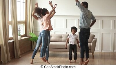 schattig, geitjes, dancing, amerikaan, ouders, afrikaan, thuis, vrolijke