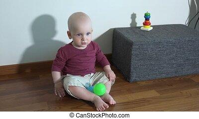 schattig, gelul, kleurrijke, jongen, thuis, toddler, spelend