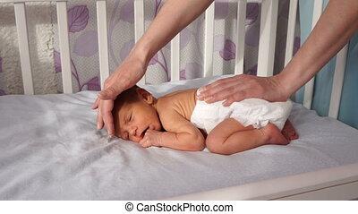 schattig, haar, jongen, his., wiegje, pasgeboren, het putten, moeder, baby, vrolijke