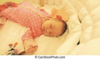 schattig, haar, wrakkigheid, slapende, pasgeboren, tijd, baby meisje, kinderbed