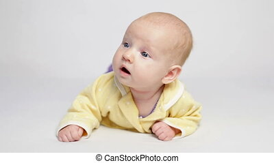 schattig, hemd, gele, pens, baby, het liggen