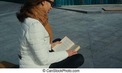 schattig, jonge, boek, girl lezen, bril