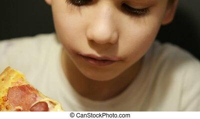 schattig, jongen, eetpizza