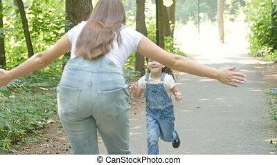 schattig, looppas, gezin, concept., park, omhelzen, baby meisje, mamma