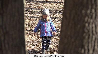 schattig, meisje, uitvoeren, bos, moeder