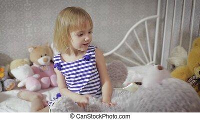 schattig, speelbal, thuis, meisje, spelend, geitje