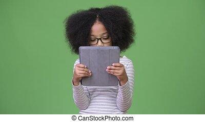 schattig, tablet, afrikaan, jonge, haar, digitale , gebruik, meisje, afro