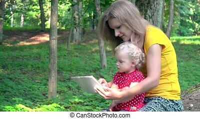 schattig, vrouw, tablet, computer, baby, gebruik, meisje, park.