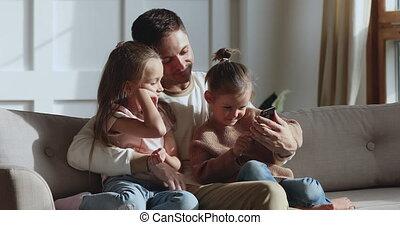 schattig, weinig; niet zo(veel), dochter, gebruik, meisje, smartphone, leren, gezin, relaxen