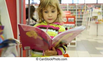 schattig, weinig; niet zo(veel), kind, boekhandel, het kijken, boek, meisje, verwonderd