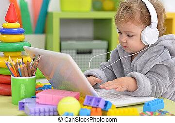 schattig, weinig; niet zo(veel), muziek, meisje, luisteren