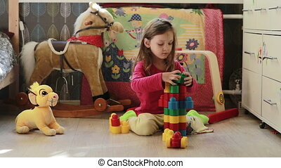 schattig, weinig; niet zo(veel), speelgoed belemmert, thuis, meisje, spelend