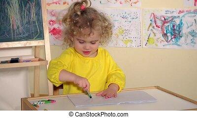 schattig, weinig; niet zo(veel), thuis, kind, peuter, meisje, tekening