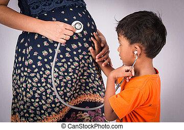 schattig, weinig; niet zo(veel), zijn, zwangere , jongen, stethoscope, pens, mamma, luisteren