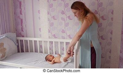 schattig, zijn, haar, jongen, wiegje, pasgeboren, het putten, moeder, baby, vrolijke