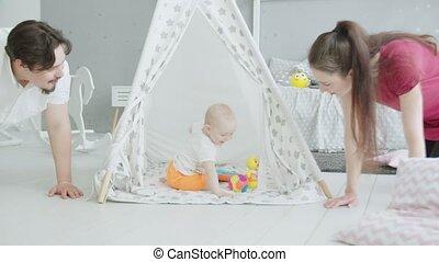 schattig, zuigeling, hut, terwijl, ouders, kruipen, spelend