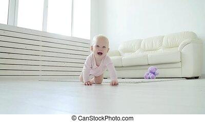 schattige, baby, leren, meisje, witte , zonnig, kruipen, room.