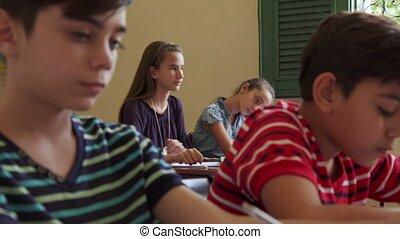 school student, stand, latina, vrouwlijk, het glimlachen van het meisje
