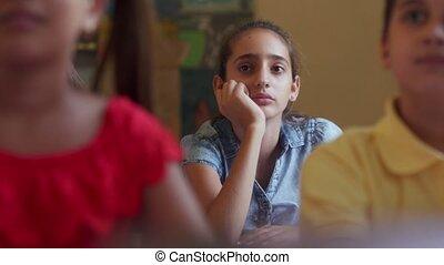 school, vrouwlijk, latina, student, meisje, verveeld, stand