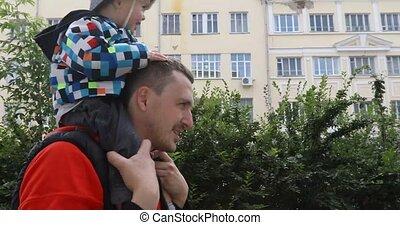 schouders, zijn, geven, rijden, vader, zoon, ritje op de rug