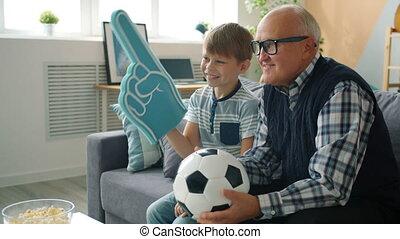 schouwend, gezin, grootvader, voetbal, vrolijk, juichen, kleinzoon, tv
