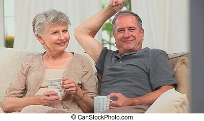 schouwend, middelbare leeftijd , tv, paar
