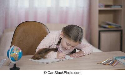 schrijft, klein meisje