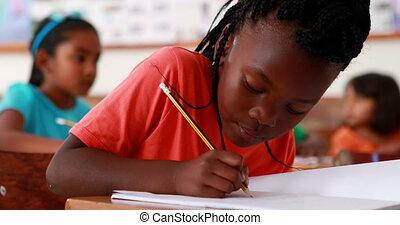 schrijvende , het glimlachen van het meisje, weinig; niet zo(veel)
