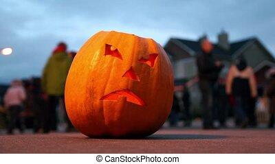 schrikaanjagend, o-lantern., mensenmassa, celebrating., halloween, pumpkin., achter, dommekracht, pompoen