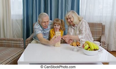 senior, blokjes, houten, kleindochter, grootouders, geitje, spelend, kind, thuis, paar, spel