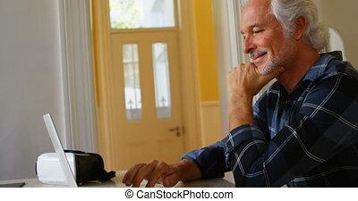senior, draagbare computer, thuis, gebruik, man, 4k