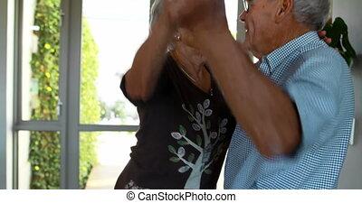 senior koppel, dancing, thuis, 4k