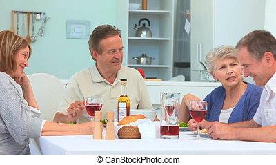 senior koppel, hebbend diner, samen